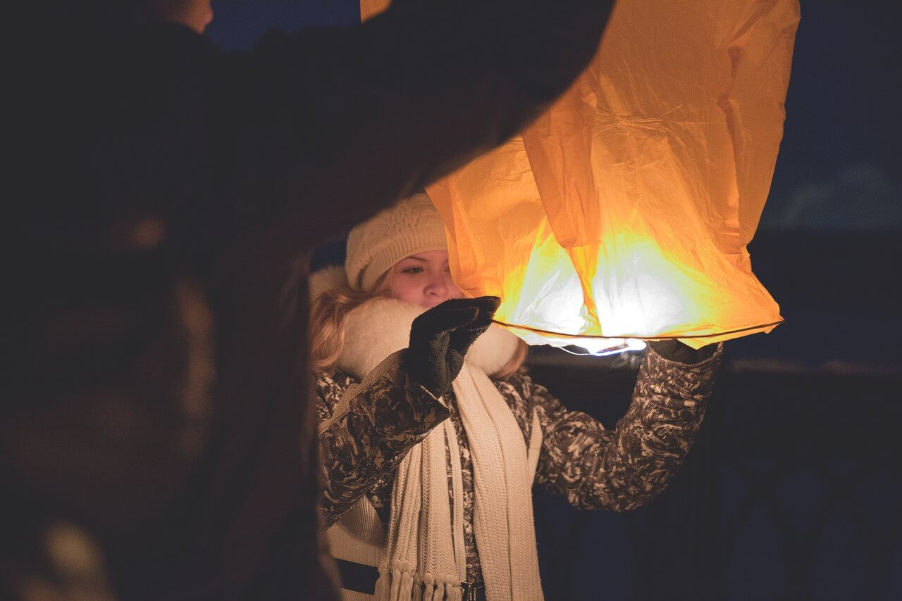 Запуск небесных фонариков в Павшинской пойме