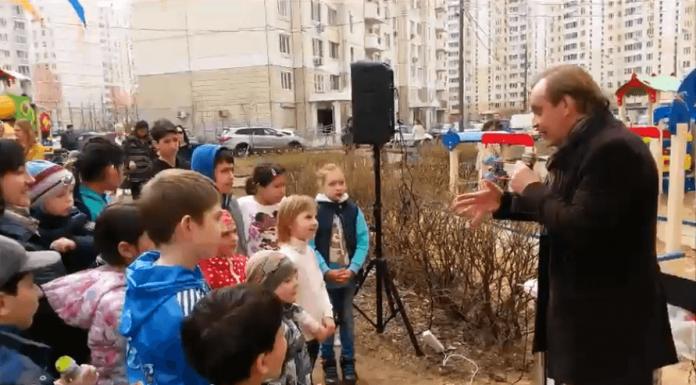 Михаил Горевой читает сказку детям в Павшинской пойме