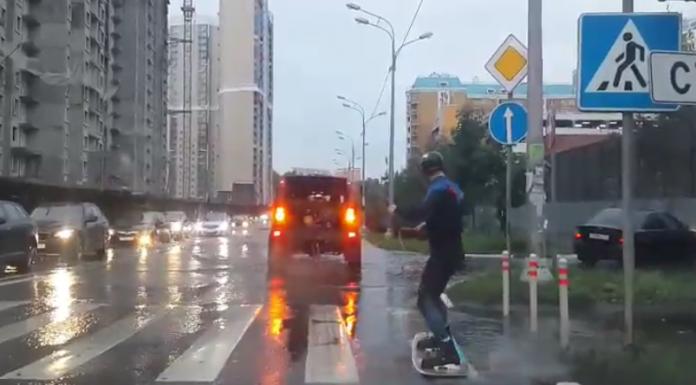 Экстремал проехал на сёрф-доске по залитой дождём улице в Павшинской пойме