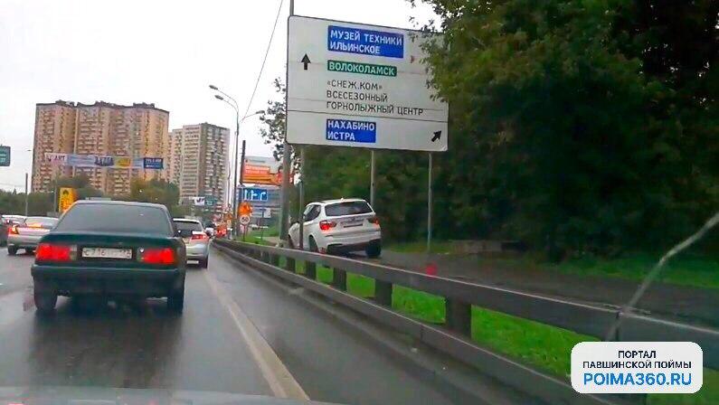BMW X3 застрял в дорожном знаке напротив Павшинской поймы