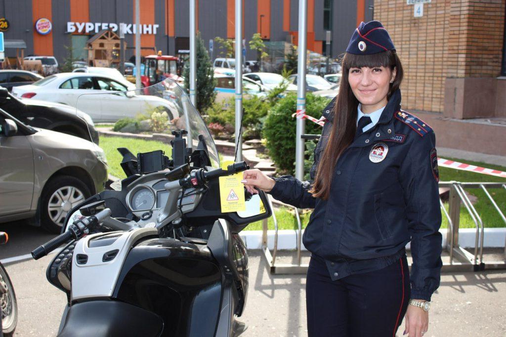О соблюдении дорожной безопасности инспекторы гибдд напоминают водителям с помощью индивидуальных тематических табличек