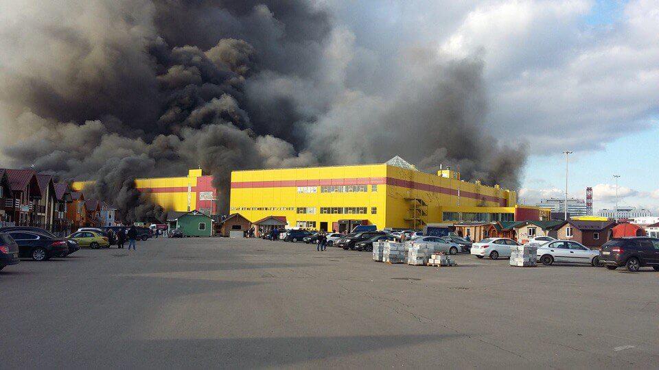 """Крупный пожар в ТЦ """"Синдика"""" локализован: миллиарды рублей ущерба"""