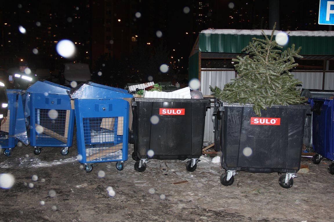 В Павшинской пойме устанавливают синие контейнеры для перерабатываемых отходов