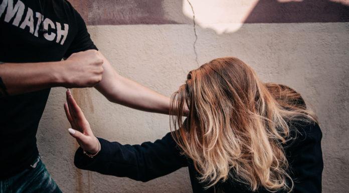 В Митино на 16-летнюю девочку напали в лифте.